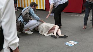Des gens portent secours à NathalieKosciusko-Morizetaprès son agression par un homme dans le 5e arrondissement de Paris, le 15 juin 2017. (GEOFFROY VAN DER HASSELT / AFP)