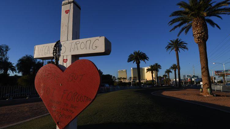 Une croix est installée devant l'hôtel Mandalay, en hommage aux victimes de la fusillade à Las Vegas (Nevada, Etats-Unis), le 15 novembre 2017. (MARK RALSTON / AFP)