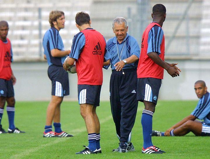 Tomislav Ivic donne des instructions aux joueurs lors d'une séance d'entraînement au stade vélodrome, le 09 juillet 2001 à Marseille. (GERARD JULIEN / AFP)