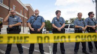 Des policiers lors d'une manifestation en mémoire de Michael Brown, jeune adolescent noir tué par un membre des forces de l'ordre, à Ferguson (Missouri, Etats-Unis), le 30 août 2014. (AARON P. BERNSTEIN / GETTY IMAGES NORTH AMERICA / AFP)