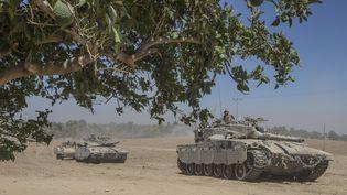 Des chars israéliens à proximité de la frontière avec la bande de Gaza, le 1er août 2014. (JACK GUEZ / AFP)