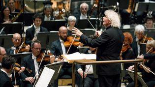 Simon Rattle, directeur musical du London symphony Orchestra, dirige le LSO au Barbican à Londres, le 14 septembre 2017 (TOLGA AKMEN / AFP)