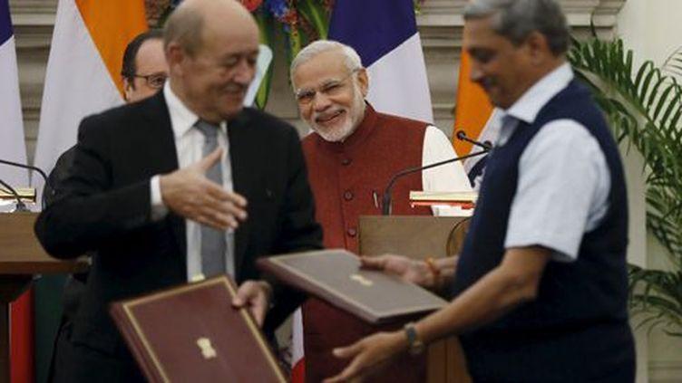 A New Delhi, le 23 septembre 2016... après la signature du contrat pour la vente de Rafale à l'Inde. Le ministre de la Défense français, Jean-Yves Le Drian, s'apprête à serrer la main de son homologue indien, Manohar Parrikar. En arrière-plan: à gauche, on aperçoit le président français, François Hollande, et à droite, le Premier ministre indien, Narendra Modi. Tous les deux tout sourire. ( REUTERS - Adnan Abidi)
