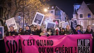 Des militants d'Act-Up, à Paris, le 1er décembre 2017. (OLIVIER DONNARS / NURPHOTO / AFP)