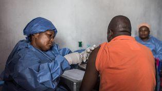 Un homme est vacciné contre le virus Ebola à Goma (République démocratique du Congo), le 22 novembre 2019. (PAMELA TULIZO / AFP)
