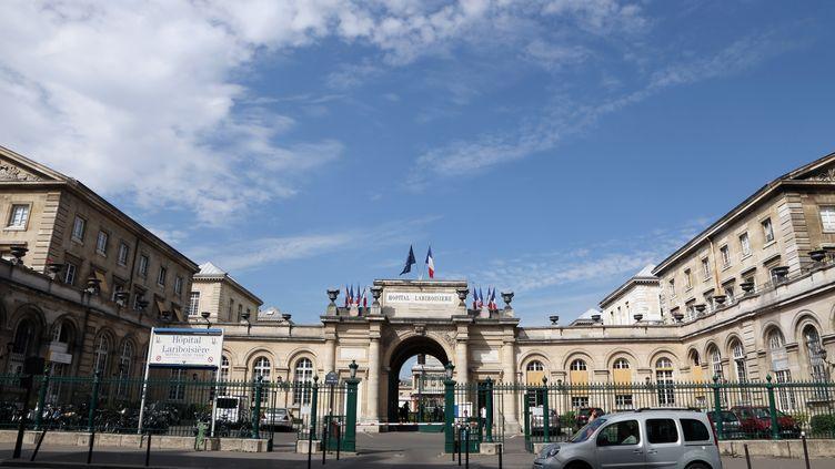 L'entrée de l'hôpital Lariboisière à Paris (illustration). (THOMAS SAMSON / AFP)