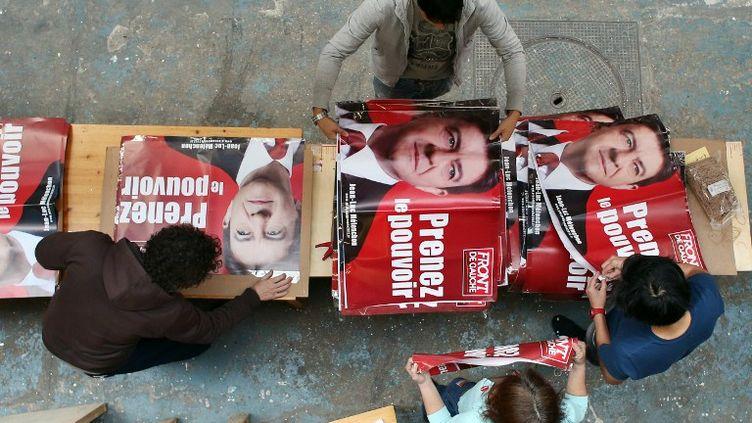 Des militants du Front de gauche, le 12 avril 2012 aux Lilas (Ile-de-France). (THOMAS COEX / AFP)
