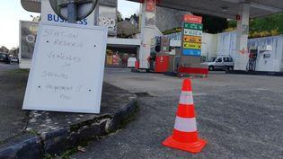 Une station-service avenue de la Liberté à Quimper, réquisitionnée par la préfecture pour les services prioritaires. (L. COGNARD / FRANCE TELEVISIONS)