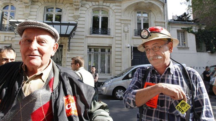 Des retraités mineurs sont rassemblés, le 20 avril 2011, devant l'Assemblée nationale à Paris, à l'appel de la CGT. (AFP/PATRICK KOVARIK)