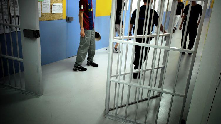 Des détenus rentrent de promenade, le 29 avril 2010 au centre pénitentiaire de Bourg-en-Bresse (Ain). (JEAN-PHILIPPE KSIAZEK / AFP)