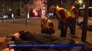 Les sans-abri reçoivent la visite des bénévoles de l'Ordre de Malte. (FRANCE 3)
