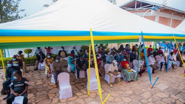 Des personnes attendent de recevoir le vaccin contre le Covid-19 au centre de santé de Muyumba à Kigali, le 5 mars 2021. (HABIMANA THIERRY / ANADOLU AGENCY)
