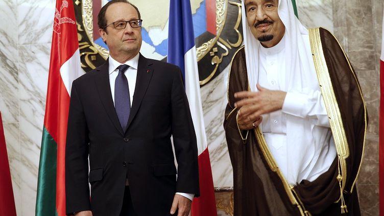 Le président français,François Hollande, et le roi d'Arabie saoudite,Salmane ben Abdelaziz Al-Saoud,le 5 mai 2015, à Riyad (Arabie saoudite). (CHRISTOPHE ENA / AFP)