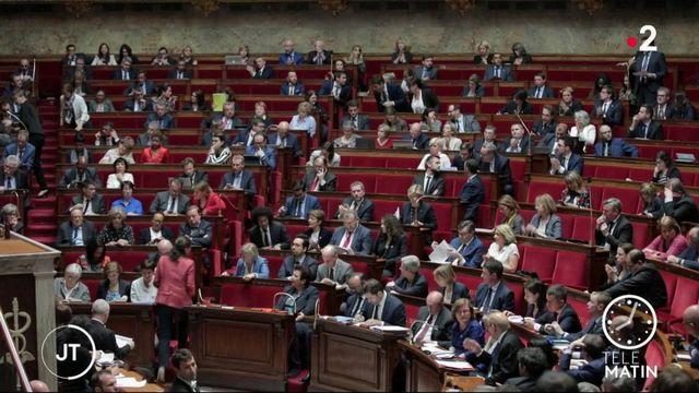 Emmanuel Macron reçoit la majorité pour redonner le moral aux troupes