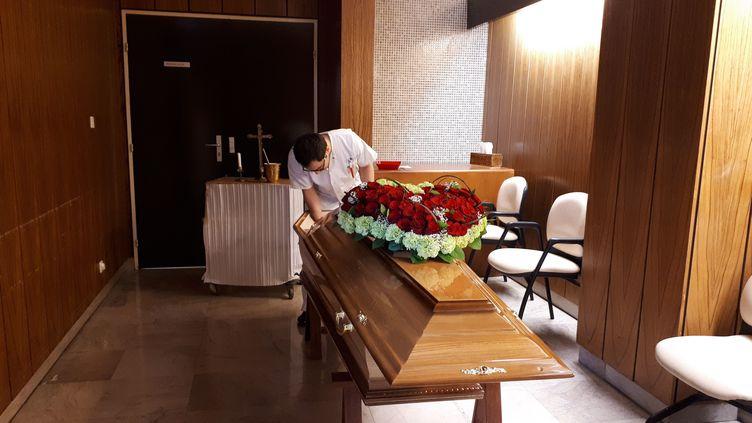 Pendant l'épidémie de coronavirus, les familles ne peuvent pas voir le corps de leur proche mort du Covid-19, comme ici dans la chambre mortuaire de l'hôpital Bichat, à Paris. (ANISSA HAMMADI / MAXPPP)