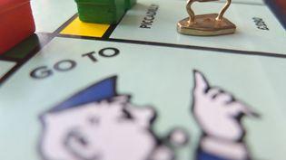 Le plateau et des accessoires du Monopoly. Photo d'illustration. (MLADEN ANTONOV / AFP)