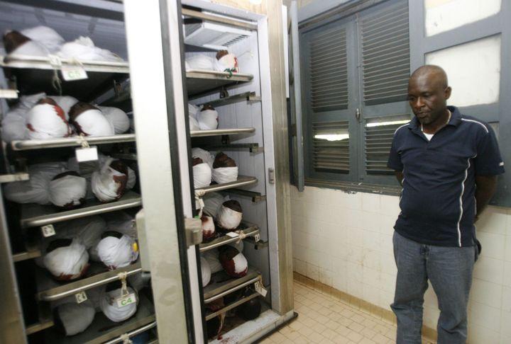 Le 28 septembre 2009, les corps des victimes affluent à la morgue de Conakry. Certains seront ensuite enlevés par des militaires et enterrés dans des fosses communes. (Photo Reuters)