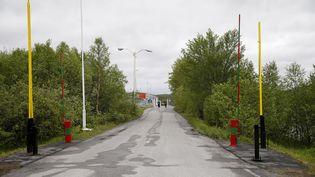 La frontière entre la Norvège et la Russie, près de la ville norvégienne de Kirkenes, dans l'extrême nord du pays, le 6 juin 2013. (CORNELIUS POPPE / AFP)