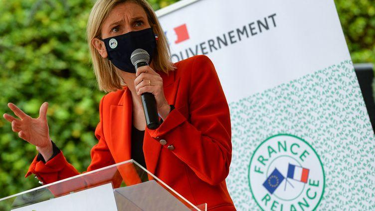 La ministre chargée de l'Industrie, Agnès Pannier-Runacher, en visite dans l'ancienne fabrique de papiersArjowiggins à Besse-sur-Braye (Sarthe) le 26 mai 2021. (JEAN-FRANCOIS MONIER / AFP)