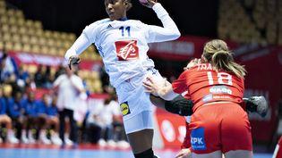 La joueuse de l'équipe de France de handball Aissatou Kouyate, lors du match contre le Danemark, lors de l'Euro 2020. (HENNING BAGGER / RITZAU SCANPIX)