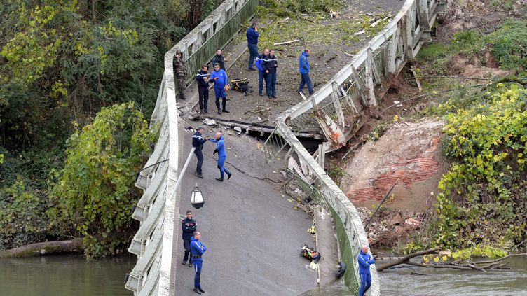 Les gendarmes présents sur le pont de Mirepoix-sur-Tarn qui s'est effondré le 19 novembre 2019. (NATHALIE SAINT-AFFRE / MAXPPP)