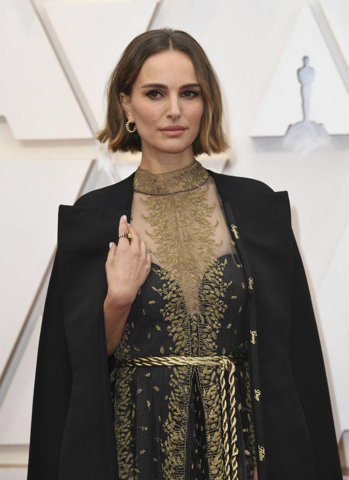 Natalie Portman arborait, aux Oscars le 9 février 2020, une cape brodée au revers du nom de plusieurs réalisatrices injustement écartées selon elle de la sélection 2020. (RICHARD SHOTWELL/AP/SIPA / SIPA)