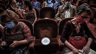 Des spectateurs du théâtre Antoine à Paris le 22 juin 2020. (STEPHANE DE SAKUTIN / AFP)
