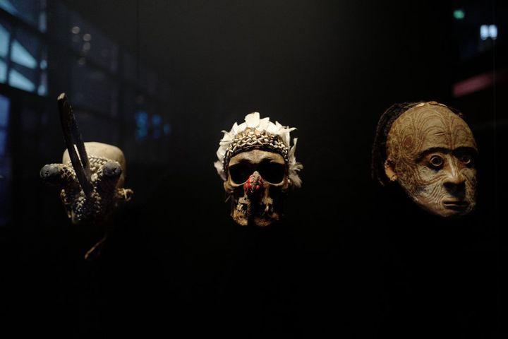 Masques etniques exposés parmi les 300 000 oeuvres que recèle le musée du Quai Branly à Paris. (LUDOVIC MARIN / AFP)