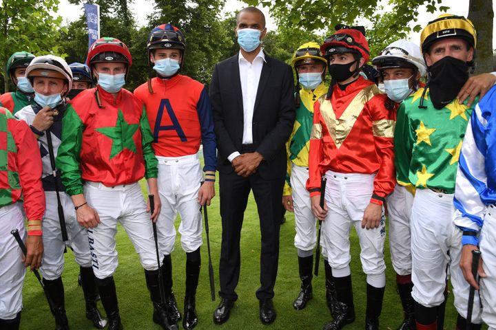 Tony Parker entouré de jockeys lors du célèbre prix de Diane à Chantilly, le 20 juin 2021. (BERTRAND GUAY / AFP)