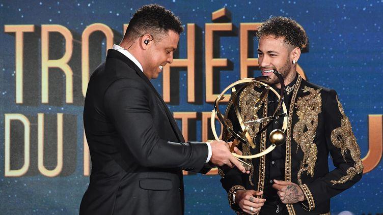 Neymar recevant le trophée de meilleur joueur de Ligue 1 2017/2018. (FRANCK FIFE / AFP)