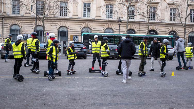 Des adolescents s'entrainent sur des hoverboards à Paris, le 27 janvier 2018. (BRUNO LEVESQUE / MAXPPP)