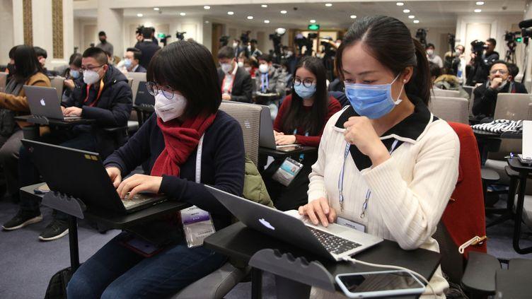 Des journalistes lors d'un point pressede la Commission de la santé sur l'épidémie du nouveau coronavirus à Pékin, en Chine, le 26 janvier 2020. (KOKI KATAOKA / YOMIURI / AFP)