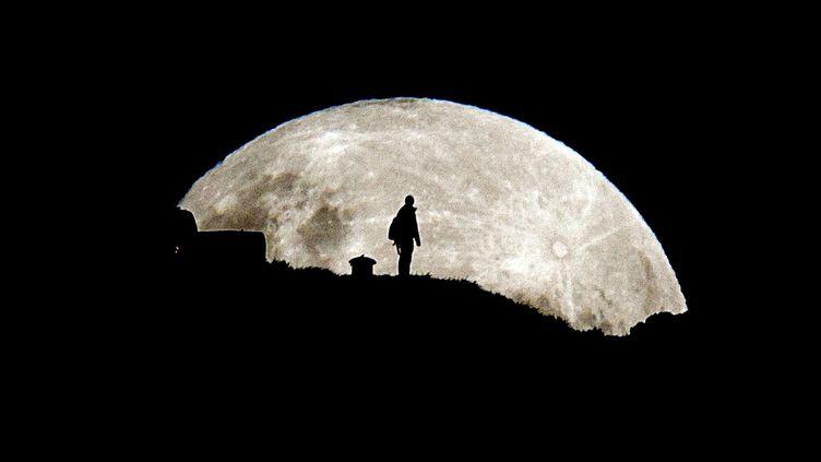 La Super Lune, sur le Mont Eden à Auckland en Nouvelle-Zélande, dans la nuit du 5 au 6 mai 2012. (SIMON RUNTING / REX / SIPA)