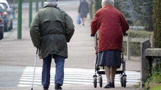 Un couple de personnes âgées à Cesson-Sévigné (Ille-et-Vilaine). Photo d'illustration. (DAMIEN MEYER / AFP)