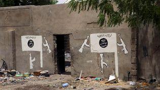 Un mur peint par Boko Haram, à Damasak, au Nigeria, le 24 mars 2015. (JOE PENNEY / REUTERS)