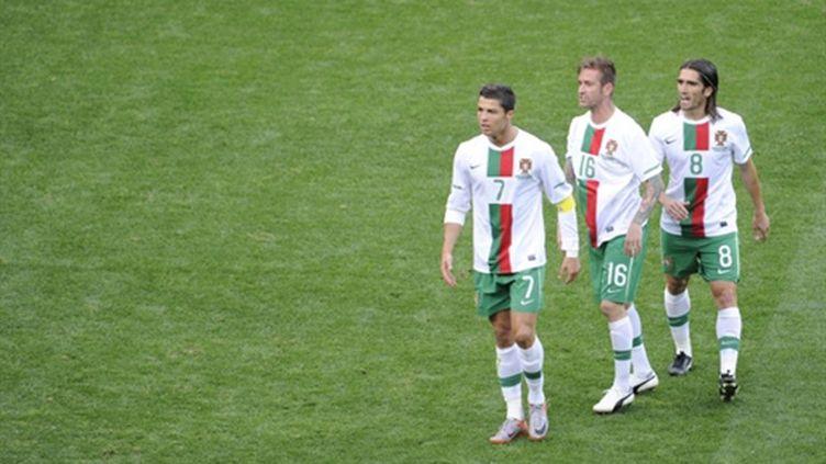 Les Portugais Cristiano Ronaldo, Raul Meireles et Pedro Mendes Liedson (LIU JIN / AFP)