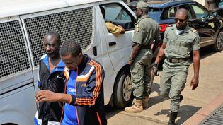 Les hommes arrêtés en lien avec la crise anglophone au Cameroun devant le tribunal militaire de Yaoundé au Cameroun, le 14 décembre 2018. (STRINGER / AFP)