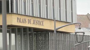 Depuis la mi-mars, la justice fonctionne au ralenti et des milliers d'affaires sont en attente. France 3 a recueilli le témoignage d'un homme lourdement handicapé après avoir été passé à tabac et laissé pour mort il y a cinq ans. Le procès devait se tenir la première semaine de mai. (FRANCE 3)