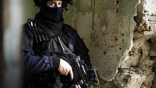 Un stagiaire du GIGN sur la base d'entraînement d'Etampes (Essonne), le 10 janvier 2011. (FRED DUFOUR / AFP)