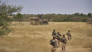 Des soldats français de l'opération Barkhane patrouillent au nord du Burkina Faso, en novembre 2019. (MICHELE CATTANI / AFP)