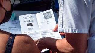 Un pass sanitaire européen, le 5 août 2021 à Perpignan (Pyrénées-Orientales). (ARNAUD LE VU / HANS LUCAS / AFP)