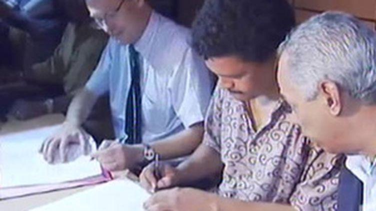 Signature de l'accord qui met fin à la grève générale en Guadeloupe, le 4 mars 2009. (© France 2)
