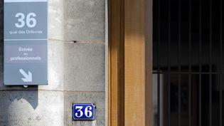 """Devant l'entrée du """"36, quai des Orfèvres"""", à Paris, le 1er août 2014. (KENZO TRIBOUILLARD / AFP)"""