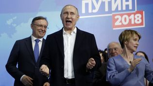 Le président Vladimir Poutine avec ses supporters dimanche 18 mars, le soir de sa réélection pour un quatrième mandat. (SERGEI ILNITSKY / EPA)