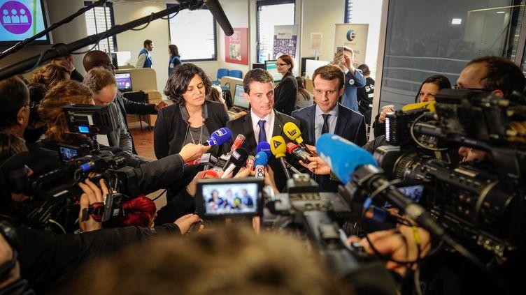 Le Premier ministre, Manuel Valls, entouré des ministres du Travail et de l'Economie, Myriam El Khomri et Emmanuel Macron, le 22 février 2016 à Mulhouse (Haut-Rhin). (SEBASTIEN BOZON / AFP)