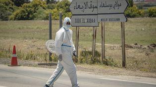 Un membre du personnel médical àMoulay Bousselham, au nord de la capitale Rabat, le 20 juin 2020. (FADEL SENNA / AFP)