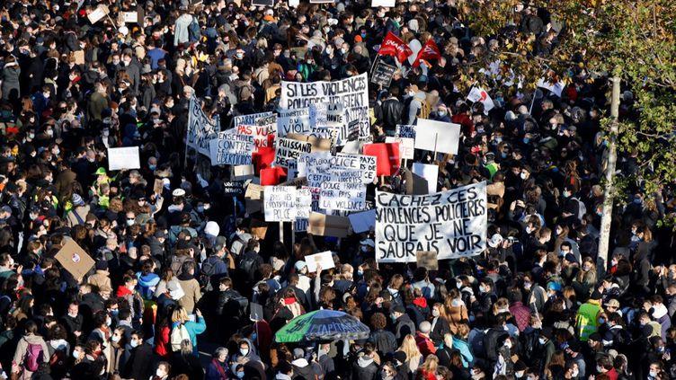 Des manifestants à Paris, le 28 novembre 2020. (THOMAS COEX / AFP)