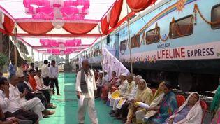 Un train, transformé en hôpital ambulant, sillonne les routes de l'Inde depuis 1991. Il prodigue des soins gratuits pour les plus démunis. (FRANCE 2)