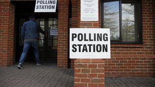 Un Britannique rentre dans un bureau de vote, le 7 mai 2015 à Elvetham (Royaume-Uni). (ADRIAN DENNIS / AFP)