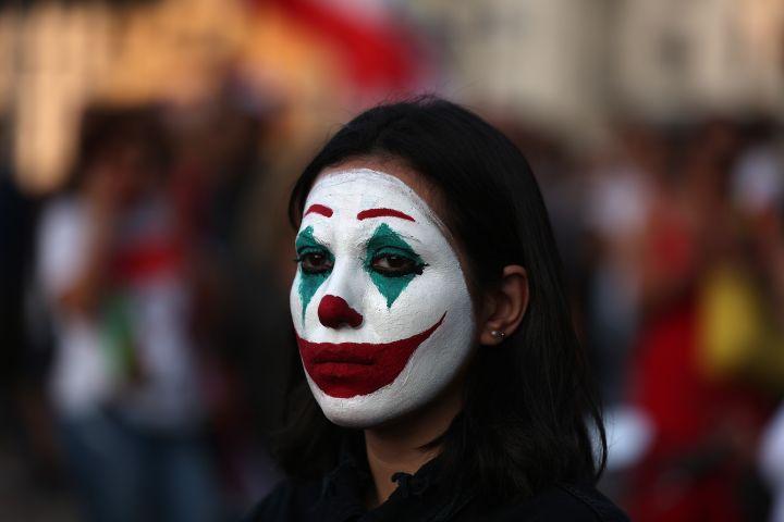 Une manifestante au Liban, avec un maquillage du Joker, le 19 octobre 2019. (PATRICK BAZ / AFP)